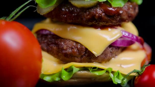 Zblízka burger žemli s sezam, zelení, sýr a hovězí pro komerční využití