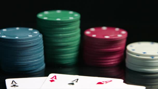 Nahaufnahme der gewinnende Karte Layout und Poker-Chips auf dem schwarzen Pokertisch