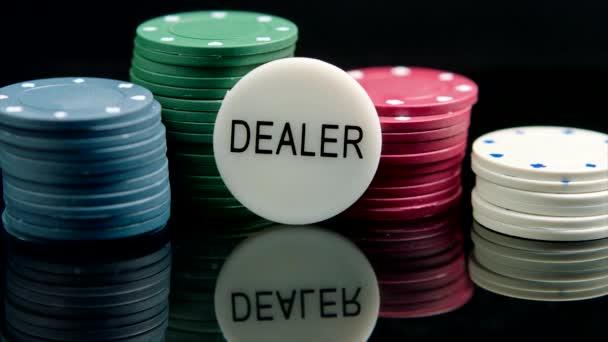 Poker Chips auf dem schwarzen Hintergrund zu gewinnen