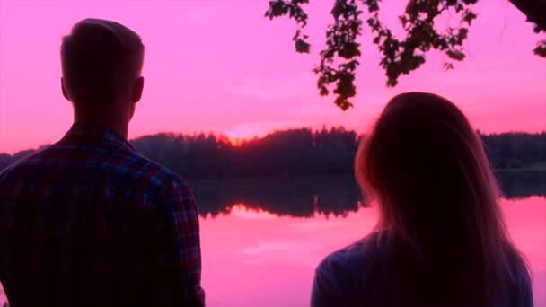 Nahaufnahme junges Paar küsst sich bei Sonnenuntergang