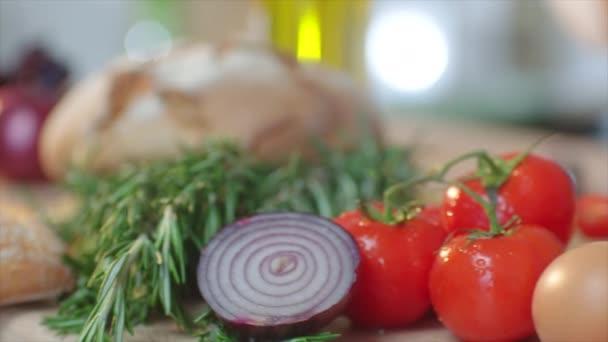 Frau aus nächster Nähe kocht Salat mit Gemüse zu Hause