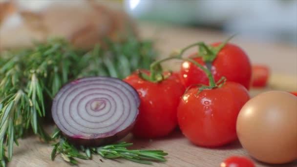 kommerzielle Verpackung frischer Salatzutaten am Schneidetisch