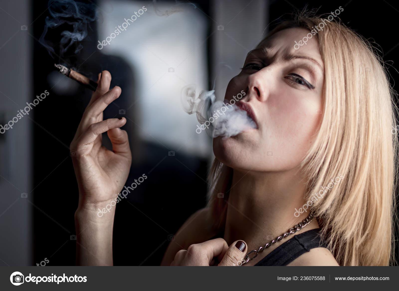 Красивая девушка курит, пышнотелые женщины фото эротика
