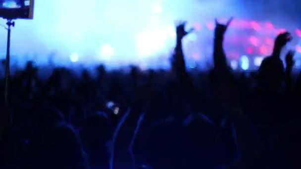Riesenmenge springt auf Konzertband auf