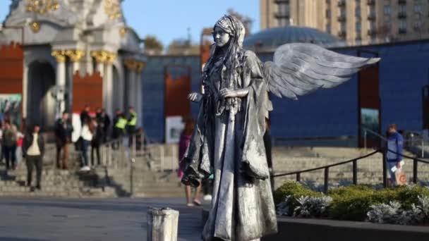 Ukrajina, Kyjev září 2018 Live Angel socha stojí na ulici