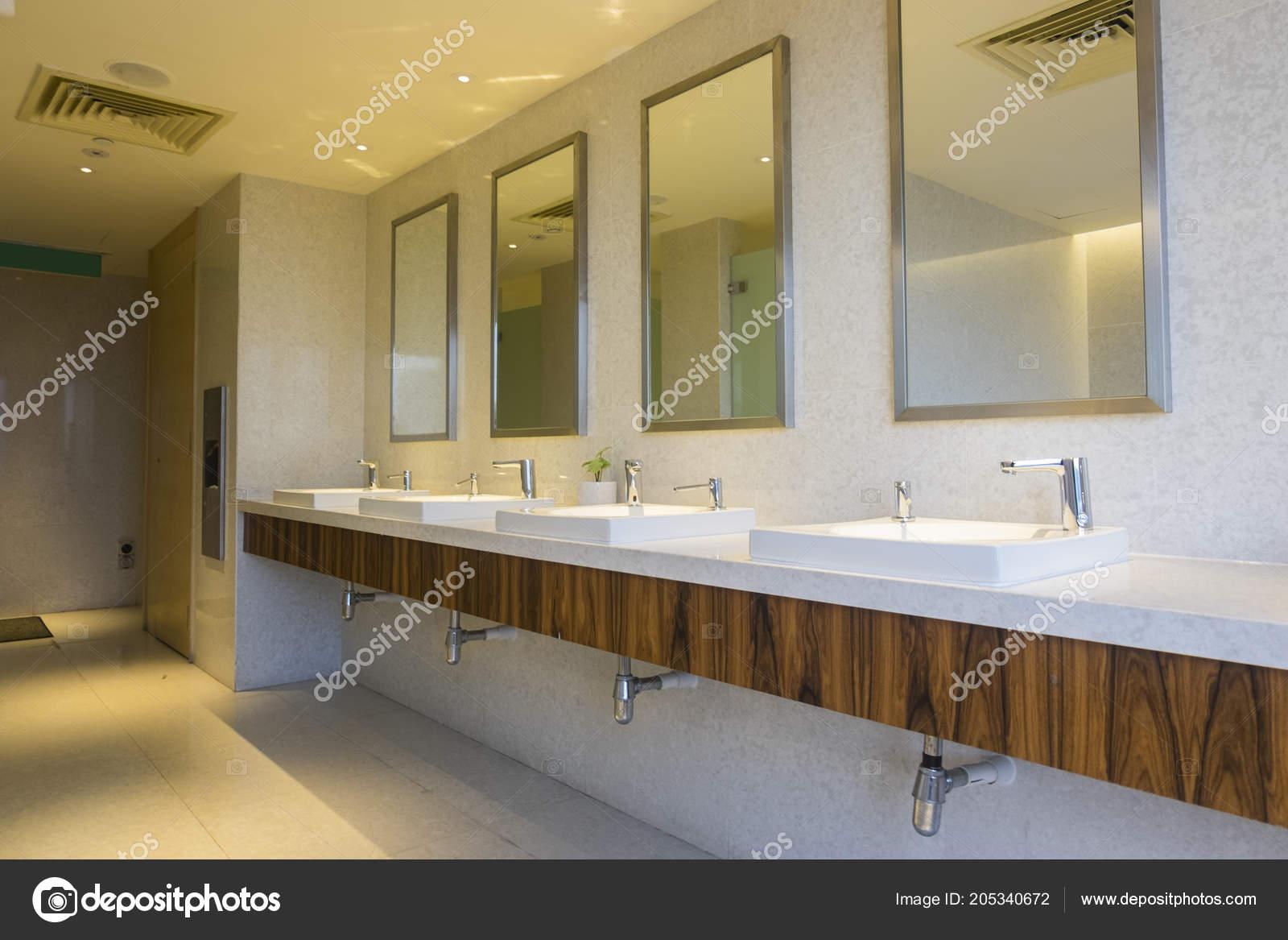 Intérieur moderne contemporain toilettes publiques photo