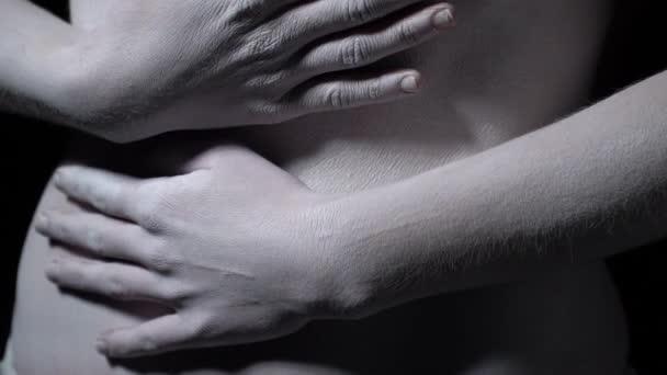 Ženské ruce objímání břicho, dívka v bílé make-up