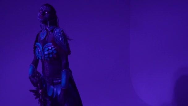 Pompézní žena drow pózuje s obrovskou fantasy meče a koukal, pomalý pohyb