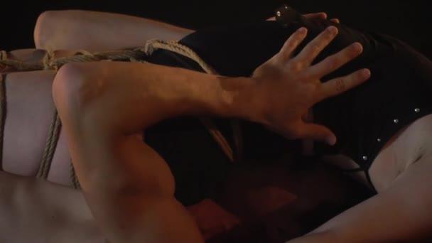 Romantický pár na acro jógy, spoutanou ženu leží na muž nahoře bez