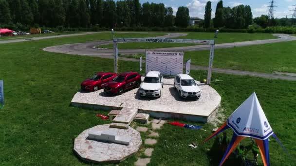 Ukrajina, Dněpr - 10 července 2018: Podstavec s bílým a červeným bmw a Mazda u trati