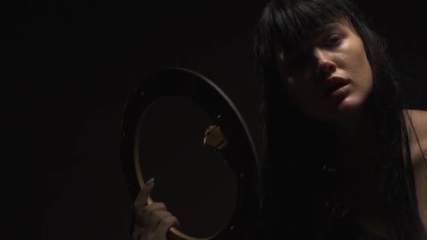 Krásná dívka Amazon v brnění drží disk bitva a rozhlédne