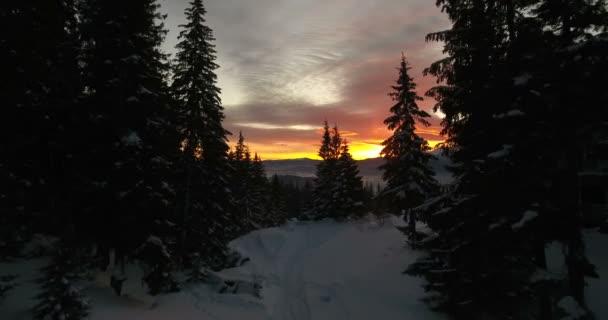 Nádherný západ slunce v zimních horách