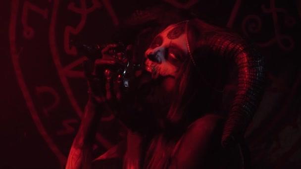 Halloween. Demoness olizuje srdce