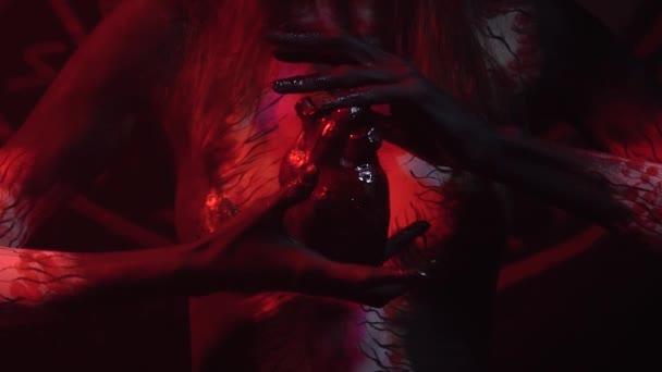 Mani insanguinate di un demone nel cuore