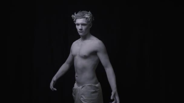 Élő szobor az ősi ember, a jelent, a fekete háttér