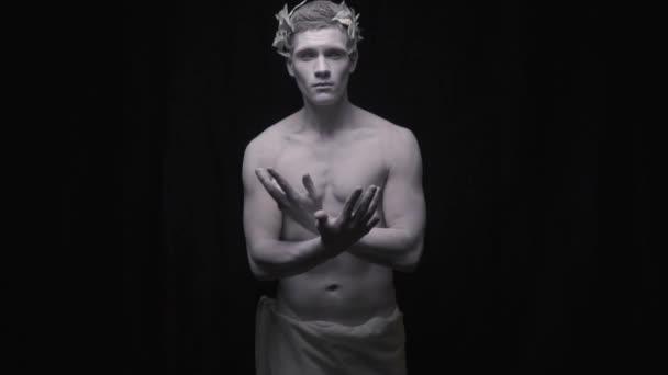 A Caesar szobra terjed a karját