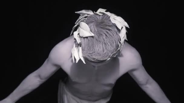 Márvány szobor a görög férfi babérkoszorút terjed a karját, és felnéz az égre