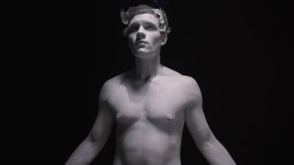 Szobra az ókori római, aki terjed a fegyvert, és úgy néz ki