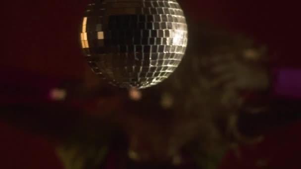 Disco labdát lógni egy fél lány színes ruhák, a háttérben