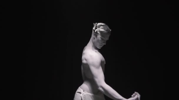 Sportos férfi mutatja ki az izmait a lassú mozgás