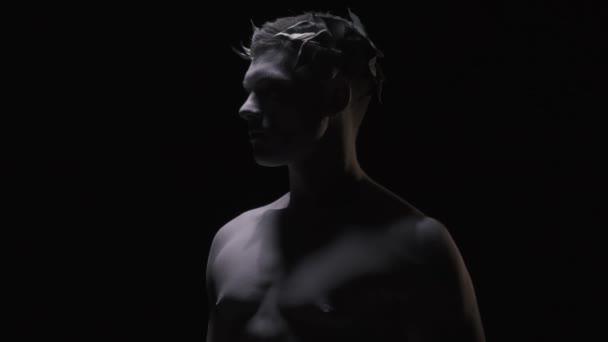 Fiatal Caesar babérkoszorút a fején, a profil lövés