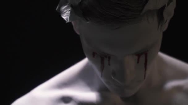Élő szobor a vér az arcán zavaró közelről