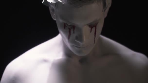 Véres arca az élő szobor a babér koszorút a fejére
