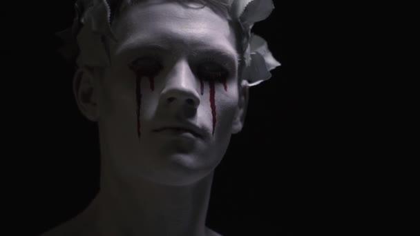 Ijesztő élő szobor a véres könnyeket az arcán, úgy néz ki, zár-megjelöl