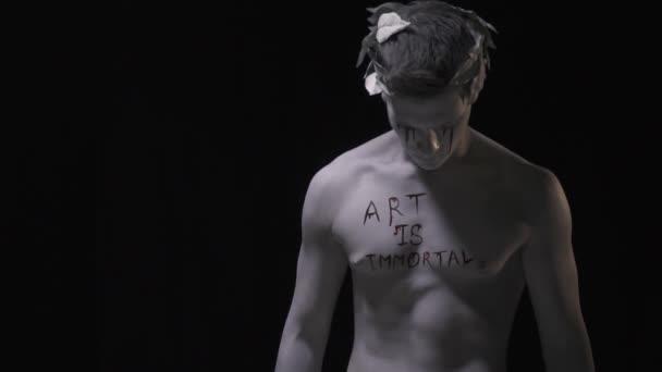Hátborzongató üres szemmel, az vandalized élő szobor, lassú mozgás