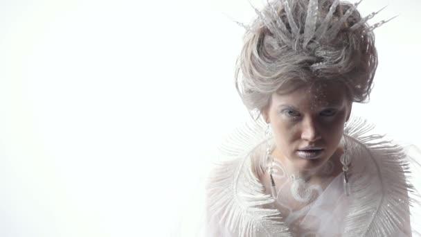 Sguardo freddo della Regina della neve con gli occhi blu