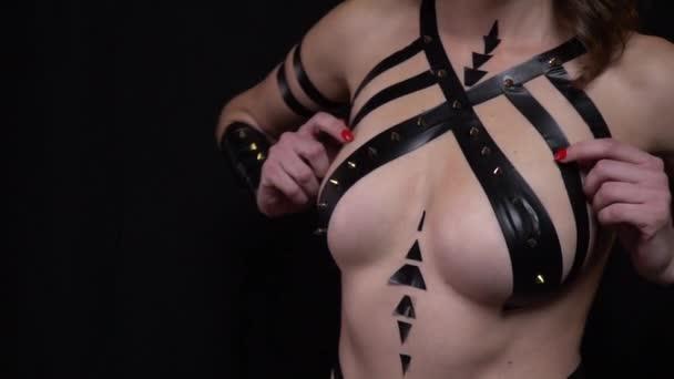 Žena s sexy postavu, černou páskou, stiskem její prsa