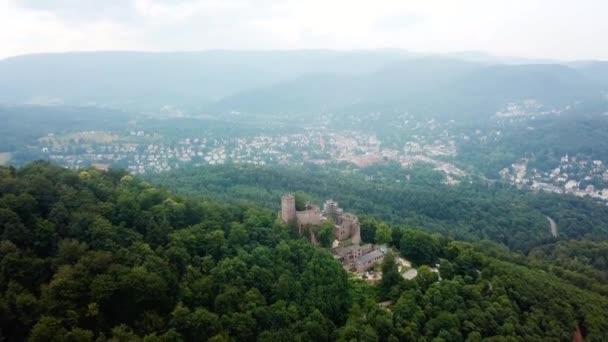 Antico castello tedesco in cima alla collina, città moderna sullo sfondo, 4k