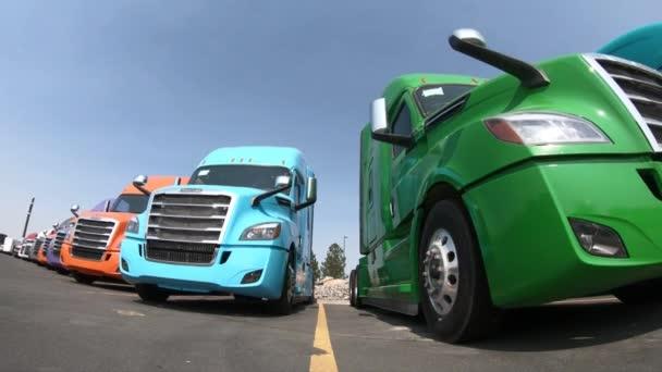 Niedrigen Winkel im Uhrzeigersinn schwenken Schuss der neue Freightliner Cascadia Sattelzügen bei einem Händler in der Nähe von Salt Lake City, Utah am 19. August 2018.