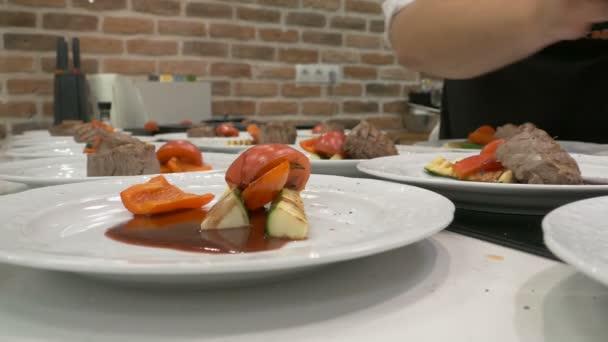 Kuchyně restaurace. Cuketa, červená paprika, hovězí maso
