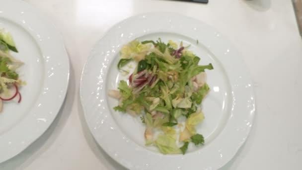 Restaurace kuchyně, salát na talíři