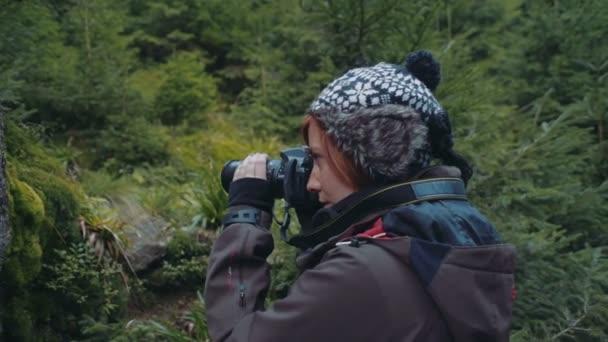 Fotografin fotografiert im Wald