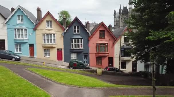 Letecká 4k záběry barevné domy a katedrála St Colman Cobh, Irsko