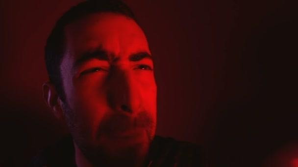 Férfi dühös arc kifejezése sikoltozik hangosan és mutató a mutatóujj