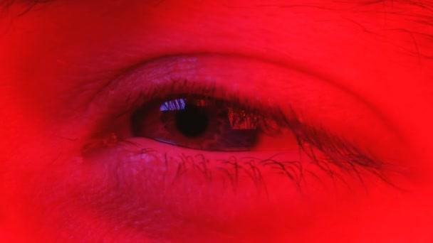 Makro-Nahaufnahme des Menschen bewegt seine Augen mit schockiertem Gesichtsausdruck von einer Seite zur anderen