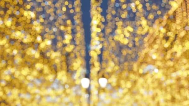 Vánoční pouliční osvětlení. Město je upraven pro Christmastide dovolenou. Nový rok světla zdobí třpytivé bokeh