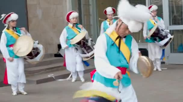 Moskva, Rusko, 12. července 2018: Festival korejské kultury. Skupina hudebníků a tanečníků v zářivě barevné obleky provádějí tradiční jihokorejský lidového tance Tomas nori Samullori nebo Pungmul a hrát