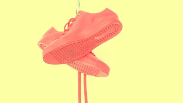 Lóg a világos színű cipők. Divat nő divatos oktatók. Stílusos csípő Plimsole világos korall színű cipők. Minimális Pop Art koncepció. Pszichedelikus lapos feküdt. Art Design háttér