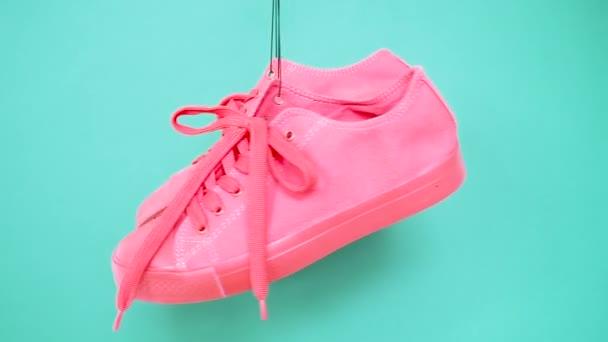 Lógó élénk színű cipők. Divat nő trendi oktatók. Stílusos Hipster plimsole élénk rózsaszín türkiz színes cipők. Minimális pop art koncepció. Pszichedelikus lakás Lay. Látványterv háttér
