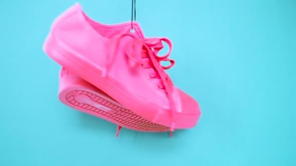 Lóg a világos színű cipők. Divat nő divatos oktatók. Stílusos csípő Plimsole élénk kék rózsaszín cipők. Minimális Pop Art koncepció. Pszichedelikus lapos feküdt. Art Design háttér
