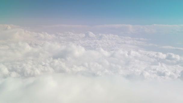 Pohled z letadla na pohybující se sněhobílé mraky. Nebeské pozadí. Nebe. Létání v letadle mezi mraky. Klidné pozadí