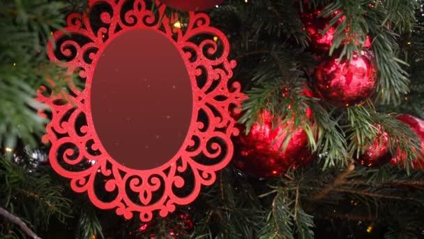Curly Intagliato Cornice Immagine Appeso su Abete Snow Falls. Vuoto Foto Cornice Natale e Capodanno Sfondo, Vuoto Mockup Modello Cornice