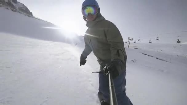 Snowboardfahren im Skigebiet. Reiten auf uns.