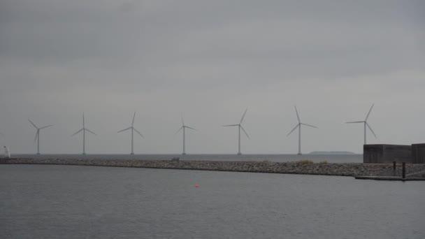 Das Thema ist Nettostromerzeugung und Umweltschutz. eine Reihe von Windflügeln, Windkraft in der Ostsee in Europa Dänemark Kopenhagen im Winter
