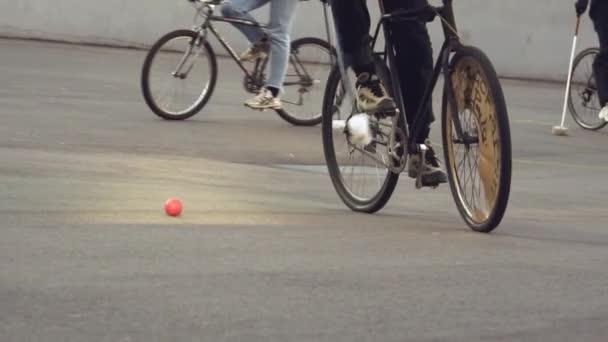 17. března 2019. Ukrajina, Kyjev. Kole hra polo. Skupina lidí týmu na Městská kola jsou školení hra týmu stadionu. Muž na kole s holí v ruce kopne míč do branky