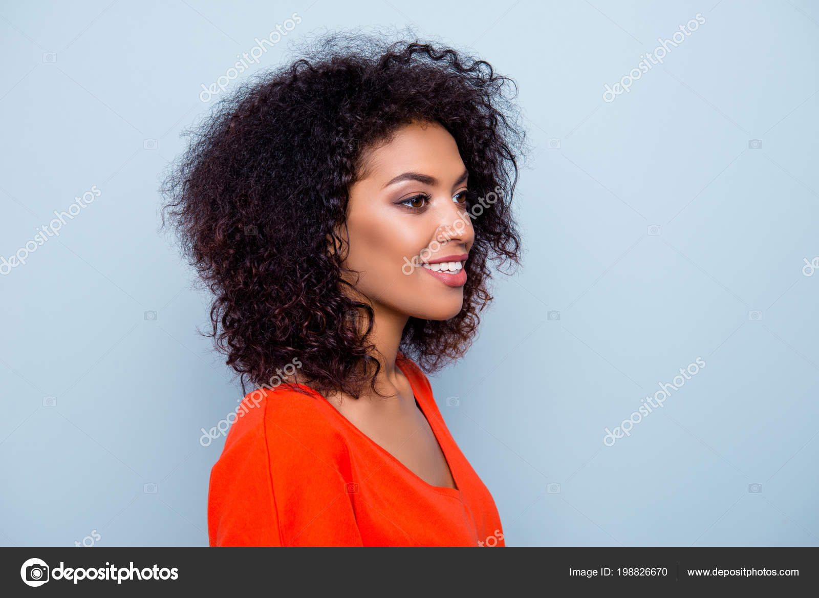 Portrait Une Femme Naturelle Heureuse Avec Une Coiffure Moderne